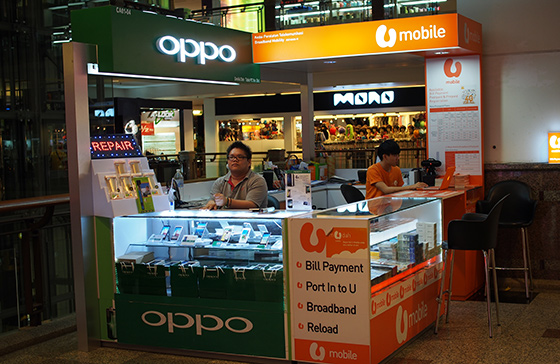 buying-umobile-sim-card-at-a-shop